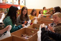Grade school students helping at Thurston County Food Bank